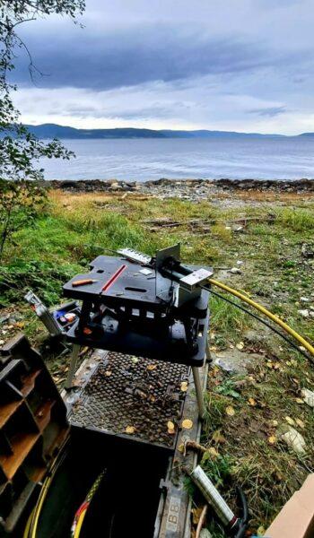 Teknisk utstyr i kum ved sjøen